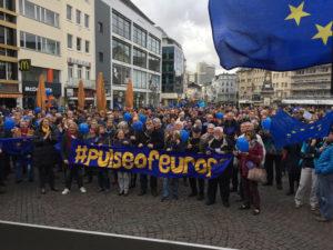 Pulsschlag für Europa! Es werden immer mehr: über 700 Menschen auf dem Bonner Markt