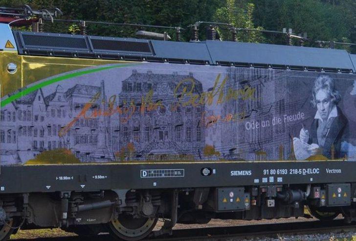 "Eine Lokomotive mit dem ""Bonner Beethoven"" setzt die Foto (SETG/Kevin Mikulic): SETG Vectron ""Ludwig van Beethoven"" in Passau"
