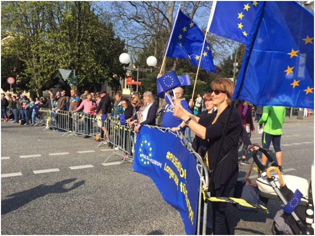 Die überparteiliche Bürgerbewegung #pulseofeurope unterstützte die Läuferinnen und Läufer des Bonn Post-Marathons in den Farben Europas, gelb und blau, am Hofgarten in Bonn, mit dem Motto Langer Atem für Europa. - Foto: Peter Ruhenstroth-Bauer