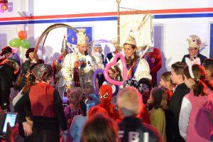 Hoher Besuch mitten im jungen Narrenvolk: Prinz Dirk II. und Bonna Alexandra III. waren beim Kinderkarneval von Sahle Wohnen viel umjubelte Gäste.